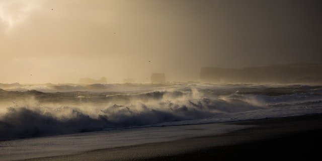 Dangerous waves with wind in Iceland